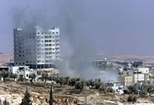 Røyken står opp der en israelsk granat landet i Betlehem i dag. (Foto: Scanpix/AP)