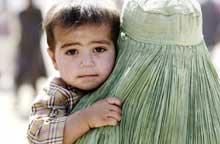 Mange tusen afghanske kvinner og barn forsøker å flykte ut av Afghanistan. På bildet har en pjokk og hans mor tatt seg til grenseovergangen Chaman.