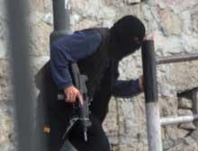 En palestinsk aktivist søker dekning under kraftige ildvekslinger mellom palestinske militante og israelske styrker i Betlehem i dag. (Foto: Scanpix/AP)