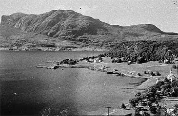 Askvoll sentrum med Atløy i bakgrunnen. (Biletet er truleg frå 1800-talet - Foto: © Fylkesarkivet)