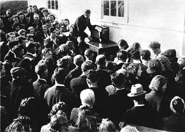 Då krigen var over 8. mai 1945 samla folk seg utanfor bedehuset i Holmedal for å høyre Kong Haakon VII tale om frigjeringa i radioen Arvid Bakke hadde henta fram.  (Foto: © Fylkesarkivet)