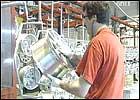 Arbeidarane ventar på løn, men kassa er tom.