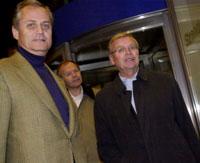 MOT LØSNING: Grytidlig mandag morgen var det ting som tydet på at Kværner vil finne en løsning på konsernets gigantiske finansielle problemer. På bildet fra venstre: Investor Kristian Siem og Kjell Almskog.