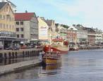 En rekke tennisballer havnet i vannet. Foto: NRK.