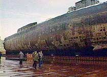 "Russlands riksadvokat (høyre) og Nordflåtesjefen, admiral Vjatsjeslav Popov, inspiserer ""Kursk""-vraket i Roslyakovo torsdag 25. oktober 2001. (Foto: AP)"