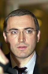 Konsernsjef Mikhail B. Khodorkovskij i Yukos Oil etter møtet med næringsminister Ansgar Gabrielsen i Oslo 24. oktober 2001. (Foto: Scanpix/Heiko Junge)