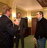 Hans-Wilhelm Steinfeld i samtale med konsernsjef Khodorkovskij (høyre) og informasjonssjef Hugo Erikssen. (Foto: NRK)