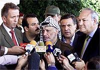 Yasir Arafat, her sammen med FNs Terje Rød Larsen og EUs Miguel Moratinos, tar avstand fra bin Landens oppfordring til muslimsk oppstand. (Foto: AP)