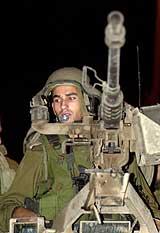 En israelsk soldat holder utkikk under tilbaketrekkingen fra Qalqilya på Vestbredden tidlig mandag 5. november 2001. (Foto: AP/Eitan Hess- Ashkenazi)