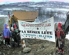 Fra deomostrasjonene mot Forsvarets planer om å øke aktiviten i Mauken/Blåtind-området. (Foto: NRK)