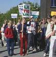 Elevar ved Tingvoll v.g.s demonstrerte for å behalde skulen sin (Arkivfoto)