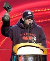 Fred Durst fra Limp Bizkit med en av sine tre priser fra 8. november. (Foto: Scanpix, AP Photo/Pool/Oliver Stratmann).