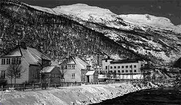 Sjukehuset (til høgre) låg sentralt til ved Daleelva i Høyanger. Dette biletet er teke i 1935. (© Hydro)