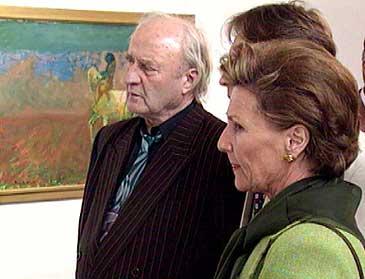 Ludvig Eikaas viser Dronning Sonja rundt på Eikaasgalleriet i 1999. (Foto: Ragnvald Søgnesand, NRK)