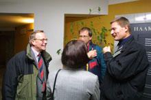 LANG NATT: Bildet viser fra venstre styreformann Harald Arnkværn, informasjonsmedarbeider i Kværner Marit Ytreeide (med ryggen til kameraet), avdelingsdirektør i Kværner Åsmund Knutsen, og hovedtillitsvalgt i Kværner Rolf Utgård.