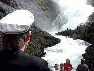 Om sommaren kan dei reisande med Flåmsbana vere vitne til huldra i den spektakulære fossen. (Foto: Asle Veien, NRK)