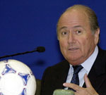 På en pressekonferanse i Zürich tirsdag lovet FIFA-presidenten at han vil komme med en større forsvarsrapport innen kort tid.