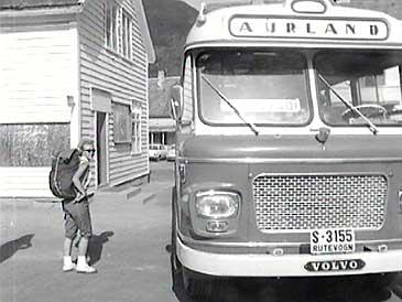 Busstopp i Aurland i 1969. (Foto: NRK)