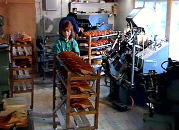 Skofabrikken i Aurland i 1984. (Foto: NRK)