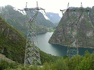 Kraftlinene stuper ned frå fjellet ved Låvisberget mot Vassbygdvatnet i Aurland. (Foto: NRK)