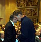Kjell Inge Røkke og konserntillitsvalgt Rolf Utgård (t.h.) skygger forbi hverandre under Kværners generalforsamling. (Foto: Scanpix/Terje Bendiksby)