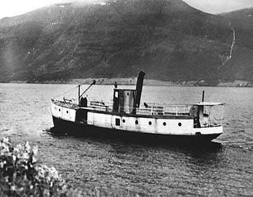 """D/S """"Dølen"""" vart sett inn i trafikk på Hornindalsvatnet frå 1880. Her er båten avfotografert i 1940-åra. (©Fylkesarkivet)"""