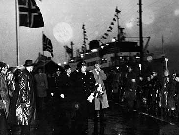 Kong Olav V vitja Nordfjordeid i samband med 100-års jubiléet til Fylkesbaatane i 1958. (Sjå utsnitt nedanfor). (©Fylkesarkivet)