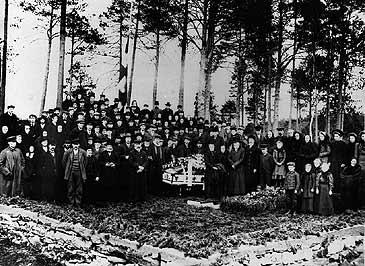 Frå gravferda til Hans Holmøy i 1910. Biletet er teke på den private gravplassen familien Holmøy har ved Hornindalsvatnet. (©Fylkesarkivet)