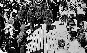 Det var reine lynsjestemninga på kaia då Helmut Klötzer vart ført dit etter arrestasjonen. (©Fylkesarkivet)