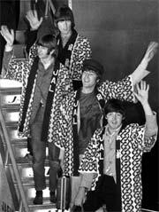 The Beatles vinker til fans på Tokyo International Airport 29. juni 1966. (Foto: (AP Photo/Kyodo, File).