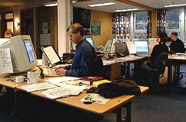 Avisredaksjonen, den såkalla desken, held til i avishuset på Øyrane. (Foto: NRK)