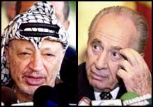 Shimon Peres og Yasir Arafat delte i 1994 fredsprisen med Yitzhak Rabin. Nå er det nærmest krig mellom partene. (Foto: Scanpix/AP)
