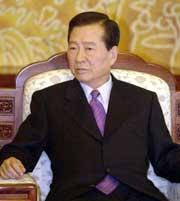 For Sør-Koreas president Kim Dae Jung blir Nobel-symposiet innledningen til et offisielt statsbesøk i Norge. Han vant prisen i fjor, blant annet for sin tilnærming til Nord-Korea. (Foto: Scanpix/AP)