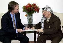 Palestinernes president Yasir Arafat møtte i går de palestinske selvstyremyndighetenes representant i Norge, Geir O. Pedersen, i Ramallah på Vestbredden. (Foto: AP/SCANPIX)