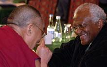 Desmond Tutu og Dalai Lama slår av en prat. (Foto: Scanpix)