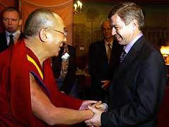 Møte mellom statsminister Bondevik og Dalai Lama i forbindelse med utdelingen av Nobels fredspris. Foto: Heiko Junge / SCANPIX