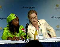 Streep samen med den ghanesiske Baba Nkumah Huges som synger i Centipiede Children`s Choir. (Foto: NRK)