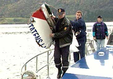 Vrakdeler er henta opp frå Førdefjorden etter helikopterulukka i 1996. (Foto: NRK)