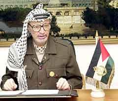 Palestinernes leder Yasir Arafat holdt i går en fjernsynstale fra sitt hovedkvarter i Ramallah på Vestbredden. (Foto: AP)