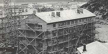 Verket ytte støtte til bustadbyggelag som bygde blokker. Her under bygging av G-blokka i Øvre Årdal i 1957. (Foto © Årdal kommune)