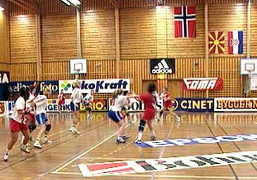 Årdal Quality Games var i fleire år ei årleg internasjonal handballtevling med dei beste klubblaga i verda på plass i Årdalshallen. (Foto: NRK)