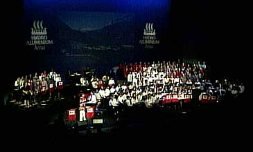 Dei store musikkprosjekta i Årdal har samla dugnadsvillige i alle aldrar. (Foto: NRK)