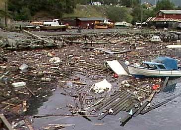 Flodbølgja etter raset i Årdalsfjorden i august 1983 øydela båtar og hamneanlegg på Tangen. (Foto: NRK)