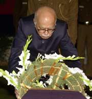 Indias innenriksminister Lal Krishna Advani legger ned en krans på kisten til en av de som ble drept i angrepet på nasjonalforsamlingen. (Foto: Scanpix/AP)