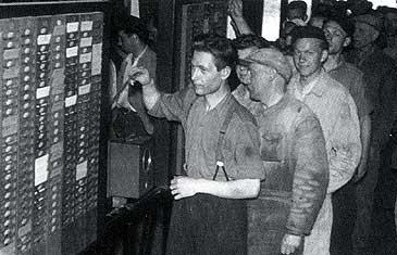 Skift stemplar ut frå verket i Øvre Årdal i 1952. (Foto © Hydro Årdal)