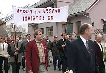 1. mai-toget i årdal i 1995. (Foto: Bernt Baltzersen, NRK)