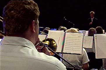 Jan Roger Øren dirigerer musikarar og songarar under