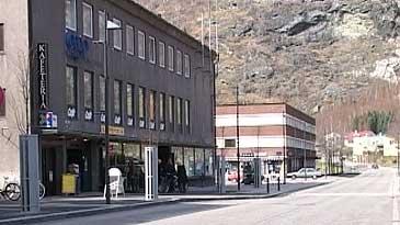 Coop og kafé på Årdalstangen. (Foto: NRK)