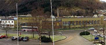 Meieribygget ligg midt i Førde sentrum. (Foto: Randi Indrebø, NRK)