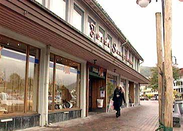 Bygget i sentrum sør vart reist i 1960. (Foto: NRK)